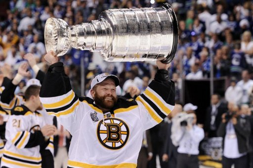 Tim Thomas lifts the Stanley Cup